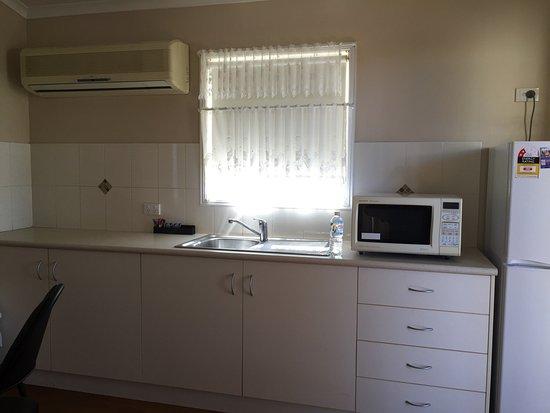 Cloncurry, Australien: Inside the cabin - has cooking and bathroom facilities inbuilt.