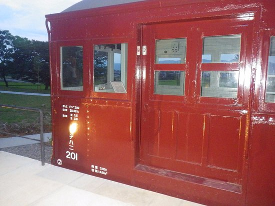 Azumino Chihiro Art Museum: 旧長野電鉄の電車