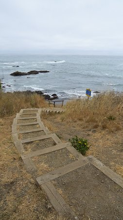 Shelter Cove, Californien: Steps down to beach
