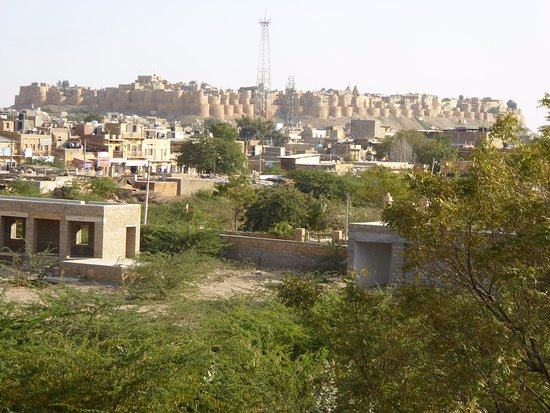 Desert Moon Guesthouse: View of the fort from the roof top restaurant