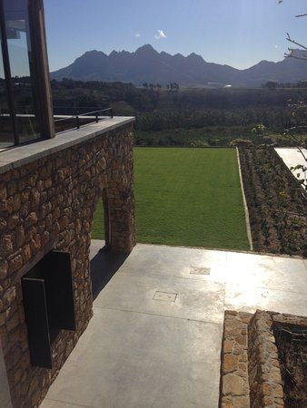 Sir Lowry's Pass, Νότια Αφρική: Magnificent lawns in front of the building