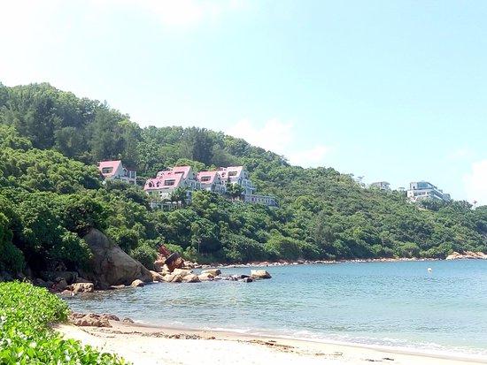 Dong Ao Holiday Resort: 度假村全景,紅色屋頂