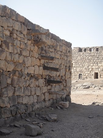 Azraq, Jordania: Side of wall with old steps