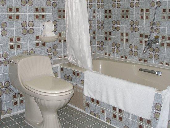 Hotel Continental Saigon: Bathroom