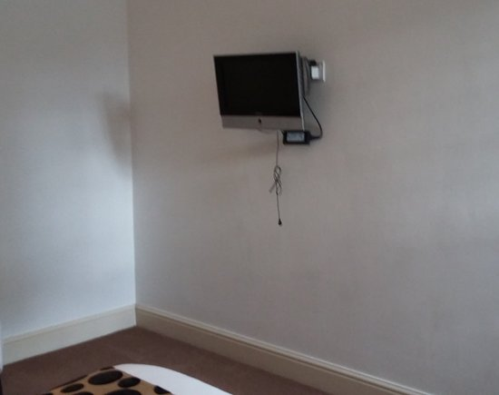 Kirtlington, UK: pull cord under TV for disabled, though it does have a remote.