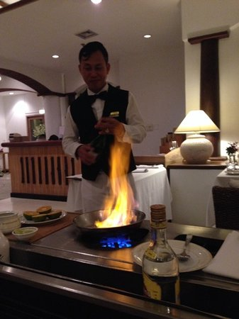 Top Of The Reef at Cape Panwa Hotel : Sirichai making Crepes Suzette