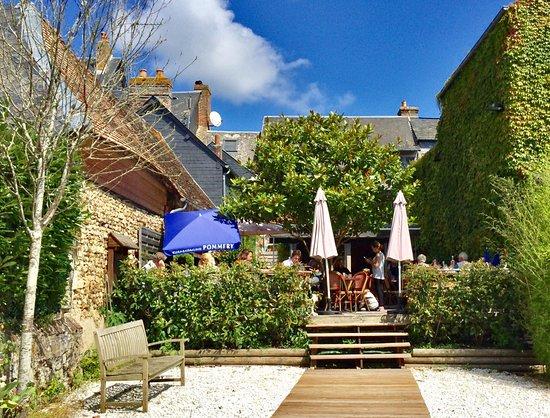 Beaumont-en-Auge, Francia: très bon accueil et belle terrasse arrière