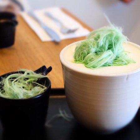 Bentleigh, Australien: Halva lattes, rhubarb porridge, beautiful decor and a stunning menu - this is one of Melbourne's