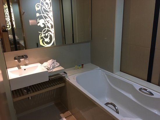Four Points By Sheraton Bangkok, Sukhumvit 15: Nice modern bathroom