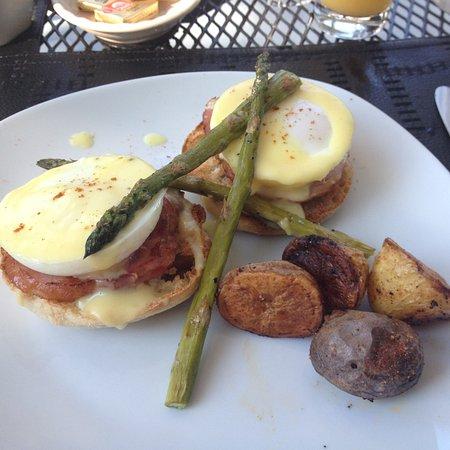 Captain's Manor Inn: eggs benedict