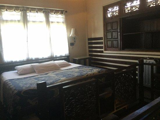 Martas Hotel: Lit double de bungalow triple, style totalement balinais
