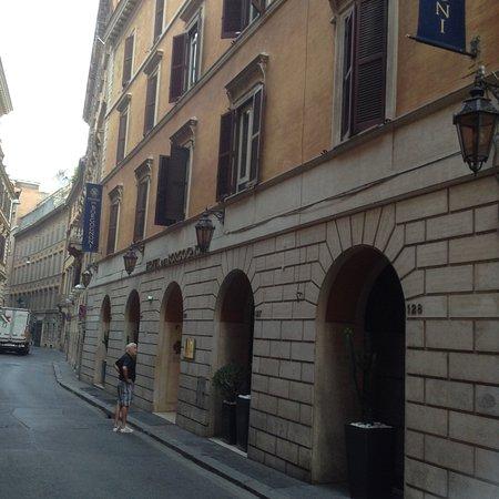 Hotel dei Borgognoni: street veiw of the front entrance