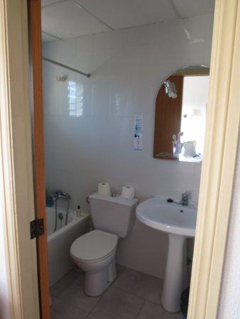 Petite salle de bains mais suffisante - Bild von HSM Club Torre ...