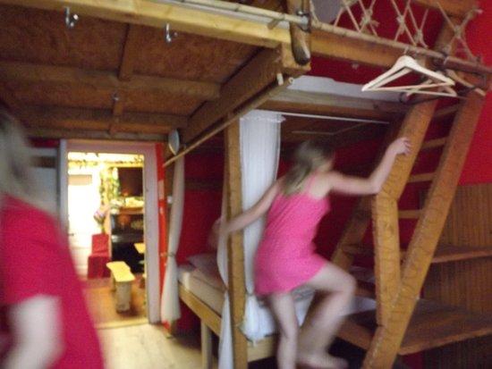 Artharmony Pension and Hostel: escalier dans la chambre