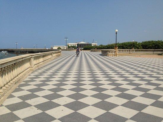 La caratteristica pavimentazione e la balaustrata a mare della ...