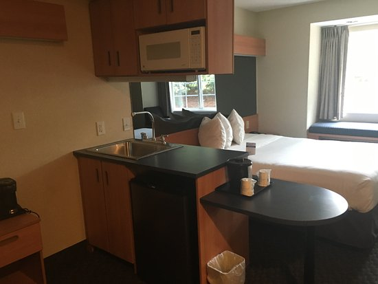 Bethel, CT: Kitchenette Queen Suite with Refrig. and Microwave.