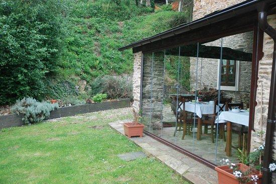 La Casona de Amaido: Un porche acristalado donde dan los desayunos