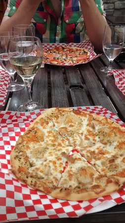 Hillier Creek Estates Winery: Delicious wood-fire oven pizza, on the gorgeous patio!