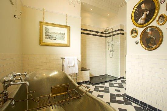 The Crown Hotel: Luxury Bathroom