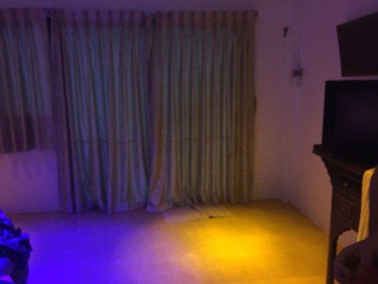 Aminjirah Resort: Baño totalmente oxidado y luces de discoteca en la habitación