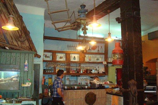 Zlatna Skoljka: Bar and part of the restaurant upon entering