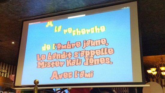 Écriture de texte de karaoke dans le gros plan du bureau sur le