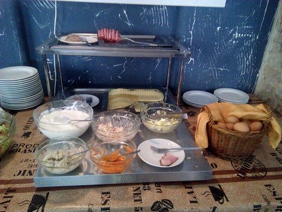 Hotel Dalimil: Ensaladas y fiambres del desayuno buffet