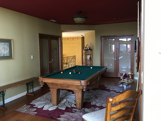 Up Up and Away Lodging: Pool table in common area
