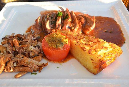 Sable-sur-Sarthe, Francia: Mignon de porc aux giroles et sauce poivre vert.