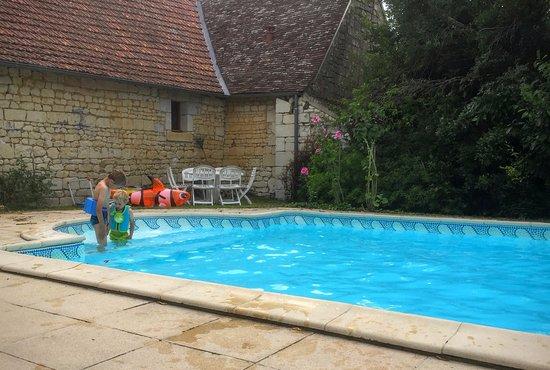 Usseau, France: Kinderen kunnen in alle rust spelen in het water