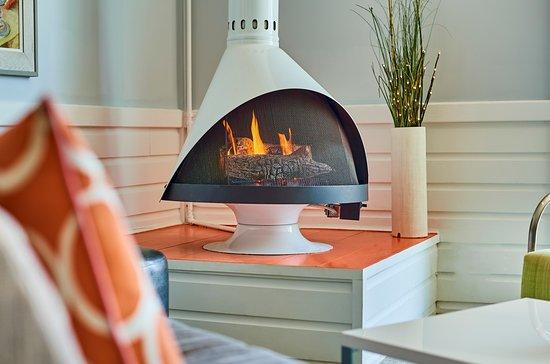Harbor Hotel Provincetown: Indoor restaurant firepit