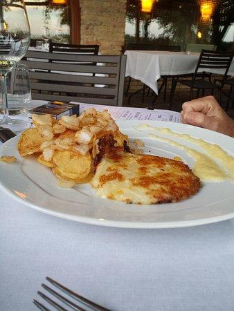 Isola Augusta La Cantinetta: Gebackender Montasio-Käse mit karamelisierter Zwiebelsoße und Kartoffelchips