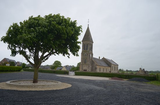 Longues-sur-Mer, France: il parcheggio e la chiesa