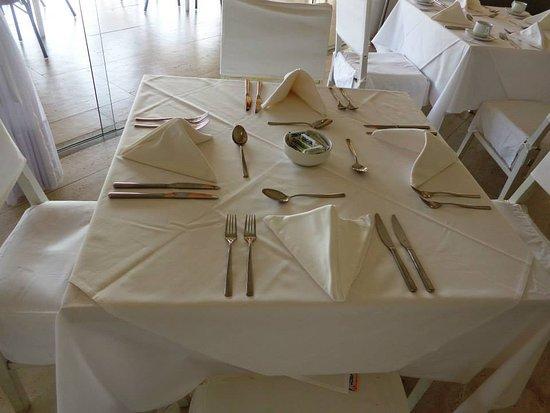 Hotel Dom Pedro Laguna: La mesa impecable, así como el servicio y todo en el hotel.