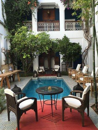 Riad Les Yeux Bleus: Courtyard pool