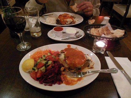 Cyprus Mangal: Kuzu Mousaka con ensaladas y Mousaka vegetariana con arroz blanco
