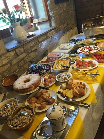 Galluzzo, Italy: Breakfast, or better yet: break-feast, it's really amazing and fresh!