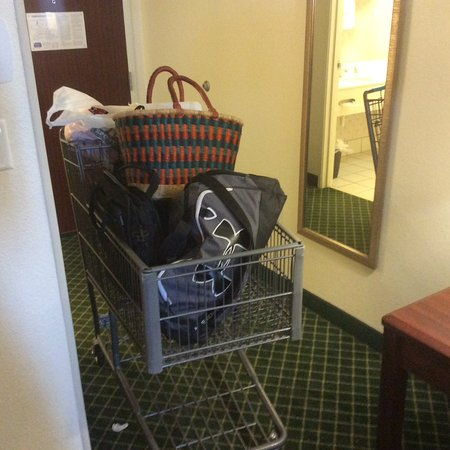 Fairfield Inn Erie Millcreek Mall: This is how we had to pack up our luggage to leave. No carts could be found, nor hotel staff to