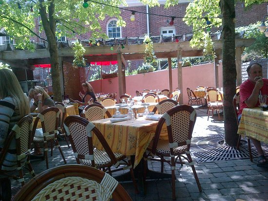 Piermont, NY: Back patio at Sidewalk Bistro, August 2016