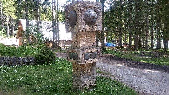 Zabljak, Montenegro: Памятник на берегу Черного озера