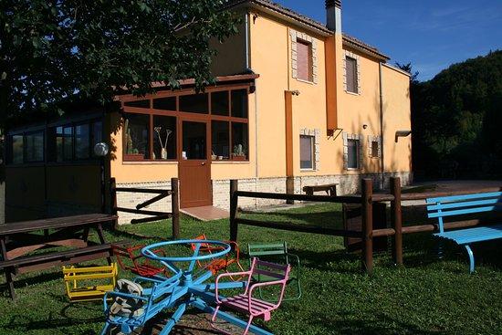 Agriturismo La Vecchia Fontana: area giochi bambini , ci sono anche altalene