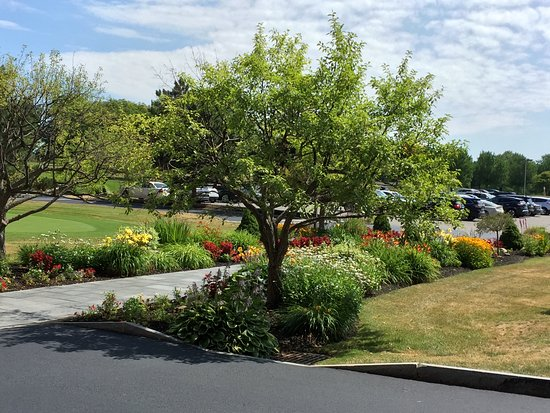 Woodcliff Hotel and Spa: Nice landscaping at the entrance.