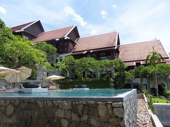 คิรีดารา โฮเต็ล: Infinity pool with view over Luang Prabang
