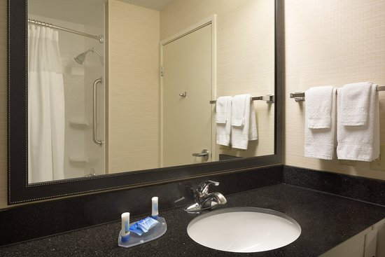 Fairfield Inn & Suites Youngstown Boardman/Poland : Guest Bathroom