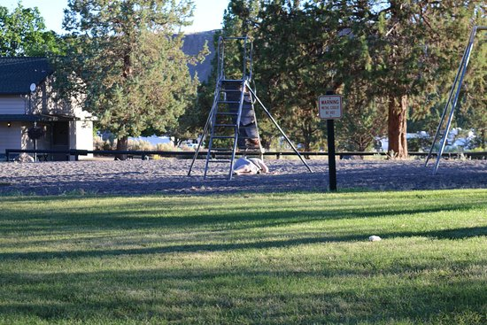 Crooked River Ranch, Oregón: Drunk lady slept in the playground next to our campsite all night.