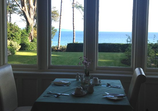 Invernairne Hotel: View from breakfast room toward the sea