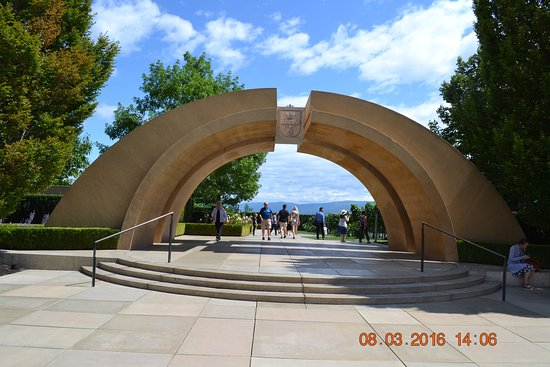 West Kelowna, Canada: the arch where tours start