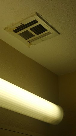 Americas Best Value Inn- Independence: Dirt and unknown stuff on the vent