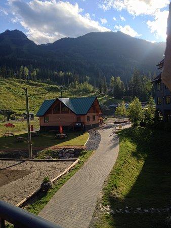 Golden, Kanada: Balcony view of KHMR from Glacier Mountaineer Lodge