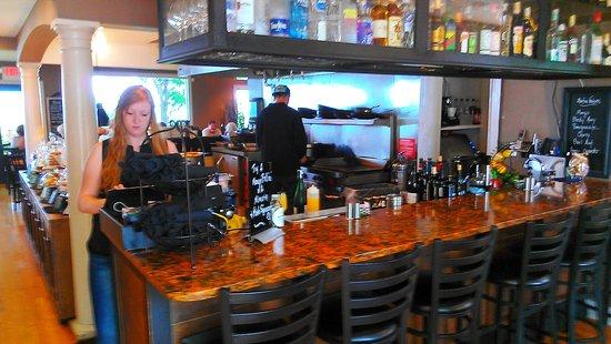 เปโตสกี, มิชิแกน: Bar looking toward the restaurant area in back